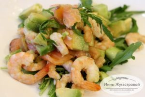 Салат из креветок и красной рыбы с авокадо, огурцами