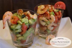 Эффектный салат из креветок с красной рыбой и авокадо