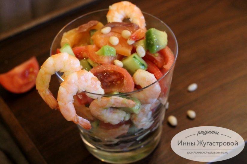 Коктейльный салат из красной рыбы, креветок, авокадо, помидоров и огурцов