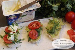 Выложить авокадо, зелень, помидоры, сыр