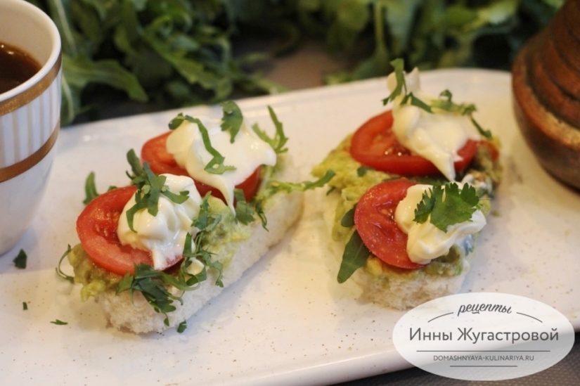 Бутерброды с авокадо, помидорами и плавленым сыром