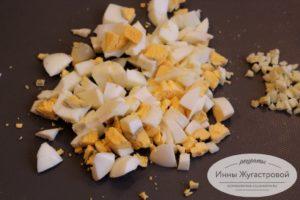 Нарезать яйца и чеснок