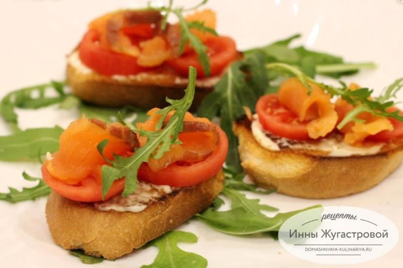 Бутерброды (брускетта) с красной рыбой, помидорами и мягким сыром