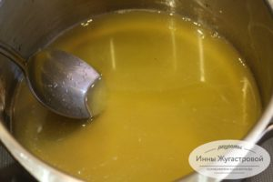 Соединить желатин и сироп