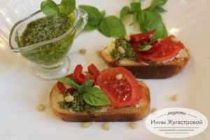 Итальянская брускетта с песто, сыром, овощами
