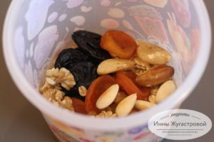 Соединить орехи, сухофрукты и геркулес