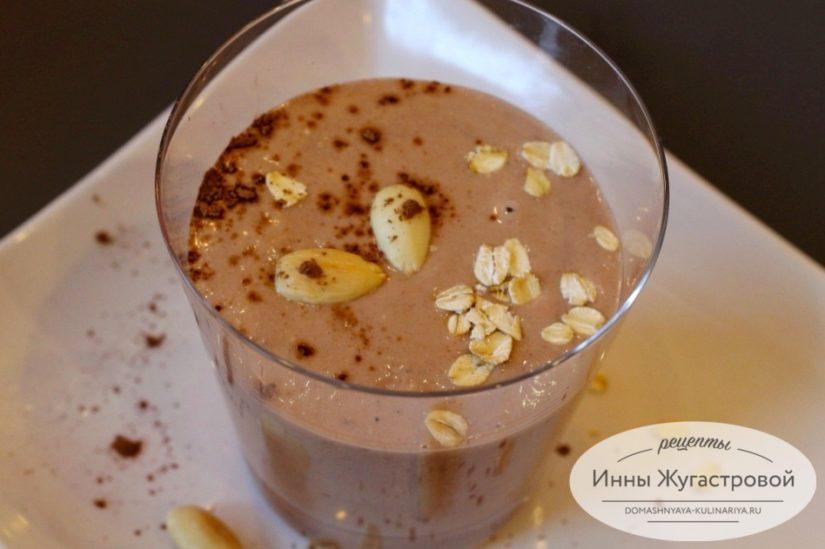 Овсяный шоколадный смузи-боул с бананом на миндальном молоке