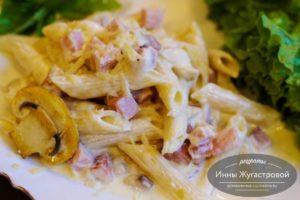 Макароны в сливочно-сырном соусе с шампиньонами и ветчиной