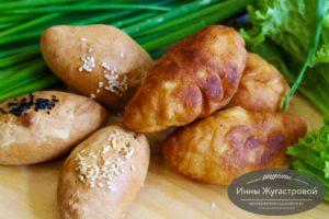 Жареные и печеные пирожки с шампиньонами, зеленым луком и яйцами из быстрого бездрожжевого теста