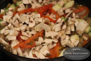 Добавить перец и грибы