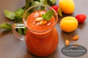 Десертный смузи из абрикосов и клубники
