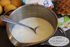 Соединить молоко с сахаром