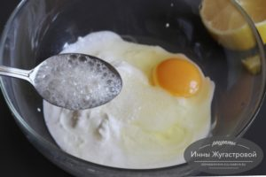 Соединить соду с яйцом и сметаной
