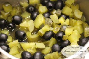 Перемешать оливки с огурцами