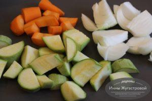 Нарезать кусочками овощи