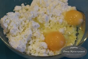 Соединить творог яйца