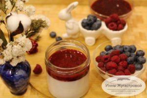 Панакота на кокосовом молоке с ягодами