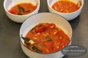 Выложить соус маринара