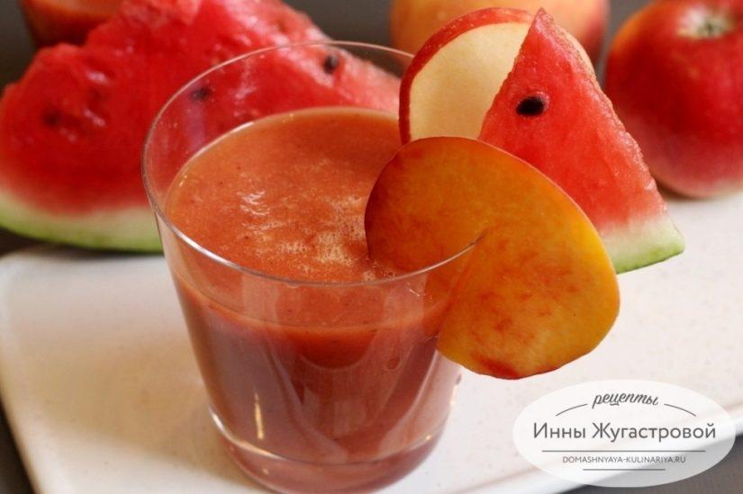 Летний десертный арбузный смузи с яблоком и персиком