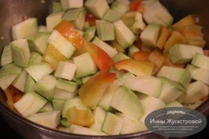 Обжарить кабачок и сладкий перец