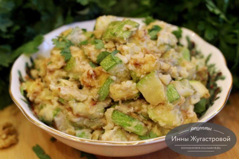 Теплый салат из обжаренных кабачков в сметане, ароматная простая закуска
