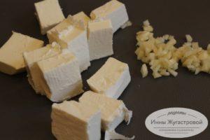 Нарезать чеснок и сыр