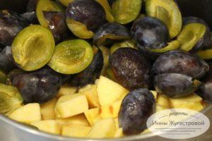 Выложить яблоки и сливы