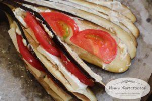 Проложить помидорами и сыром