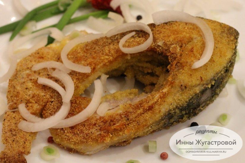 Сочная жареная рыба (карп) с хрустящей корочкой на сковороде в поленте