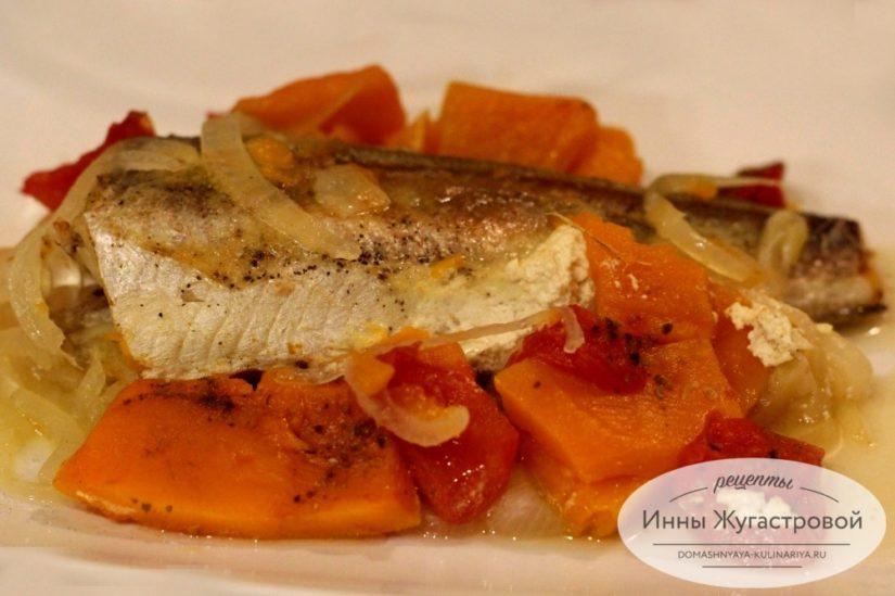 Рыба (хек) с тыквой и помидорами в духовке