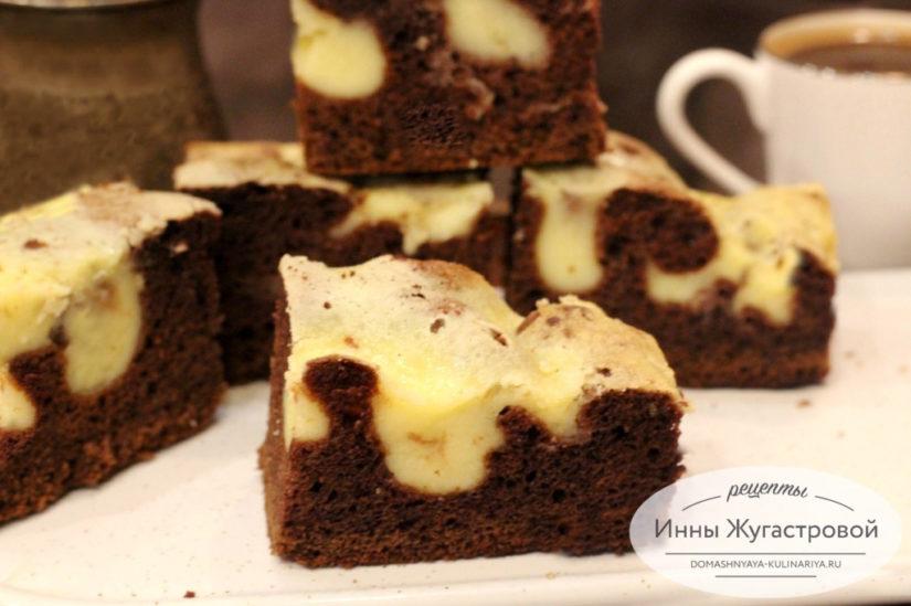 Двухцветный шоколадный бисквит с творожной заливкой, простой рецепт