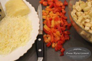 Натереть сыр, нарезать овощи