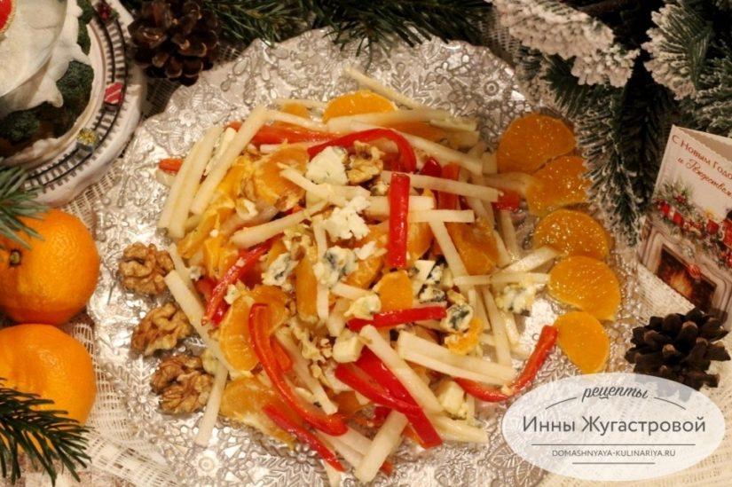 Салат из редьки дайкон с мандаринами, сыром, сладким перцем и орехами