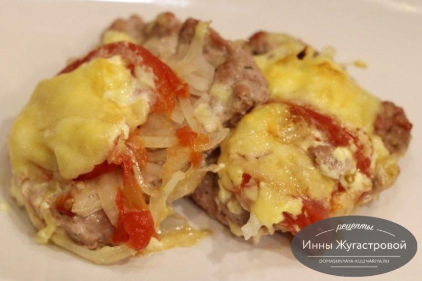 Отбивные из свино-говяжьего фарша в духовке с помидорами и сыром