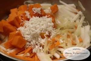 Добавить тыкву и рис