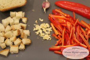Нарезать перец, чеснок, хлеб