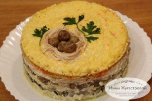 Слоеный салат из курицы с жареными грибами