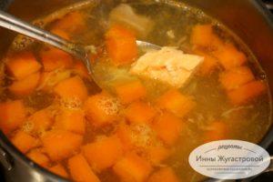 Добавить соевый соус и семгу