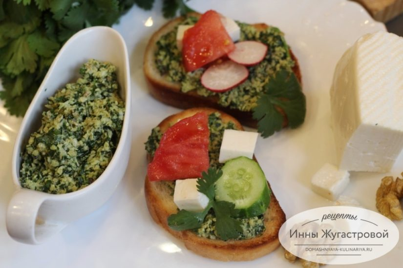 Пряный зеленый соус (кавказская приправа) из грецких орехов, чеснока и кинзы
