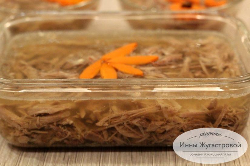 Заливное из индюшиных шеек, простой рецепт деликатесной закуски