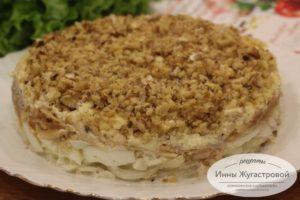 Слоеный салат с яблоками, орехами и сыром