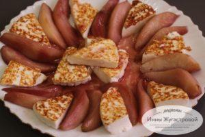 Выложить грушу и сыр
