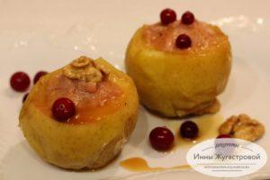 Яблоки с творожно-клюквенной начинкой в мультиварке