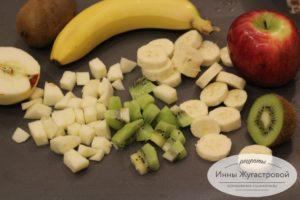 Нарезать свежие фрукты