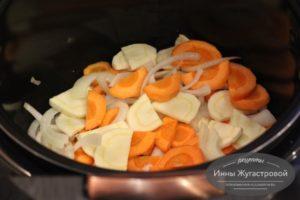 Выложить ллук, морковку и пастернак