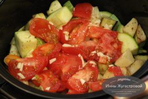Добавить помидоры и чеснок