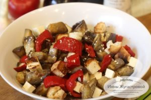 Салат из обжаренных овощей с брынзой и сухариками
