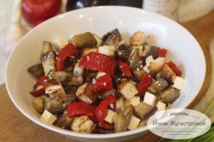Салат из жареных баклажанов и сладкого перца с брынзой, сухариками и кунжутом