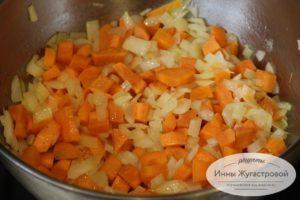 Обжарить морковку с луком