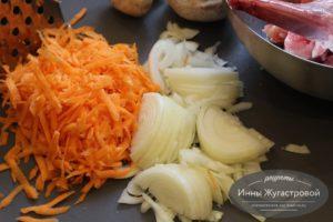 Нарезать лук, морковь